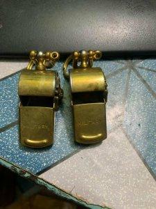 2 cái còi Mỹ bằng đồng hiệu...