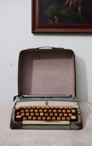 máy đánh chữ Brother Valiant...