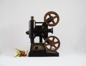 Mô hình máy quay phim xưa bằng...